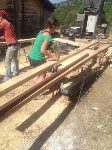 cortando listones de madera a 3x5,5cm